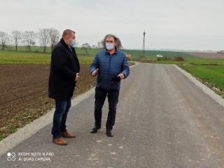 Starosta Grzegorz Swoboda wraz z Wójtem Andrzejem Wawrzynkiem kontrolują postęp prac na drogach transportu rolnego w Gminie Pietrowice Wielkie, źródło: Starostwo Powiatowe w Raciborzu